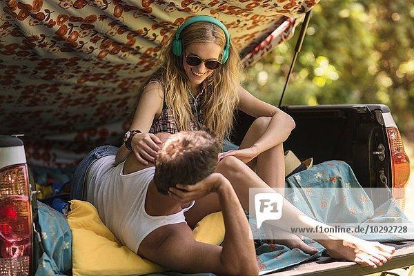 Junge Frau und Freund im Abholstiefel beim Zelten