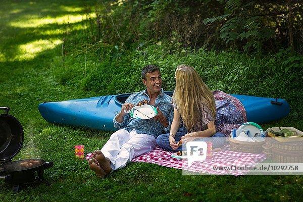 Erwachsener Mann und Freundin beim Picknick-Grillen