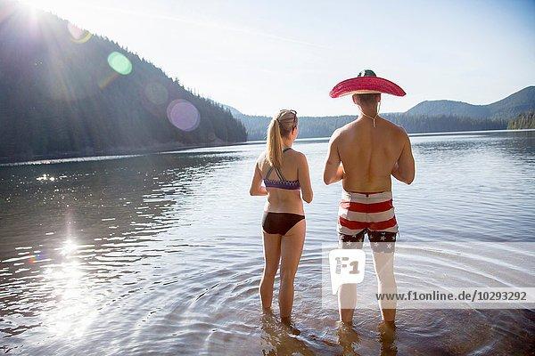Junges Paar im See  Mann mit Hut  Lost Lake  Oregon  USA
