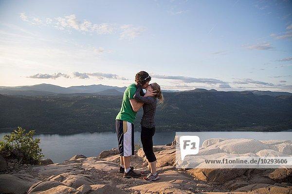 Paar mit Spaß am Berg  Angel's Rest  Columbia River Gorge  Oregon  USA