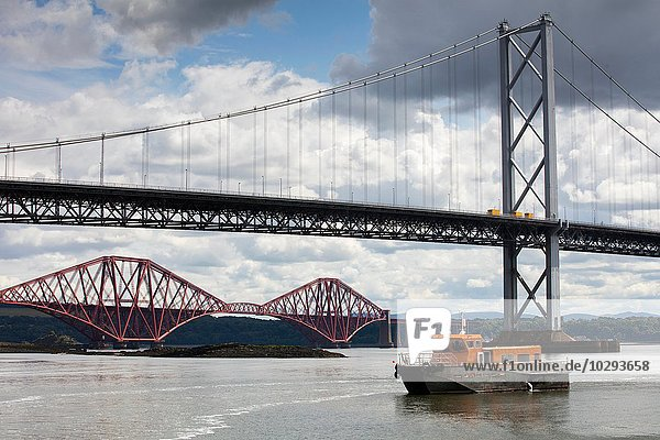 Forth Road Bridge und die Forth Rail Bridge bei Queensferry  Schottland  UK