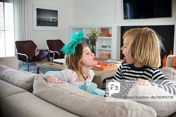 Kinder  die sich gegenseitig die Zunge rausstrecken