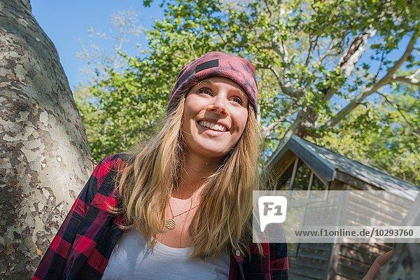 Frau steht am Baum  El Capitan  Kalifornien  USA