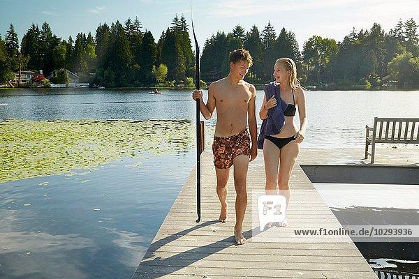 Paar verlässt den See nach dem Schwimmen  Seattle  Washington  USA
