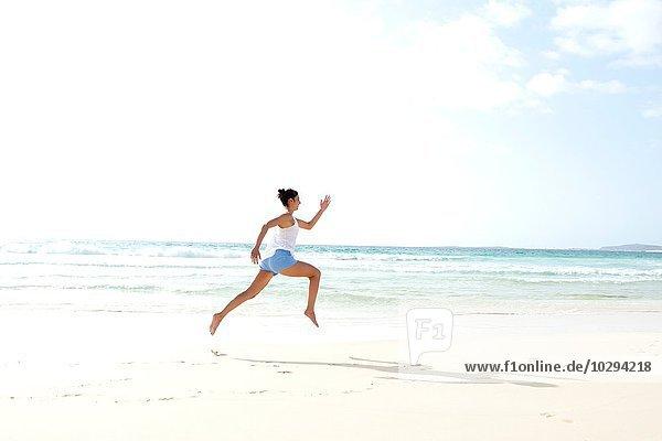 Mittlere erwachsene Frau barfuß am Strand  Kap Verde  Afrika