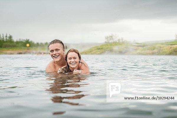 Junges Paar in der Secret Lagoon Therme (Gamla Laugin)  Fludir  Island