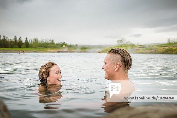 Lächelndes junges Paar entspannt in der Secret Lagoon Therme (Gamla Laugin)  Fludir  Island