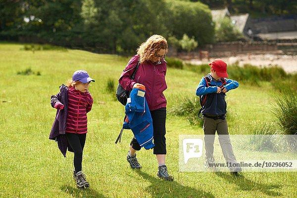 Mutter und Kinder  Wandern  Lake District  Cumbria  UK