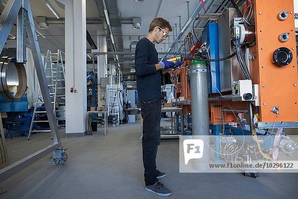 Werkstechniker prüft Ventile am Schaltschrank