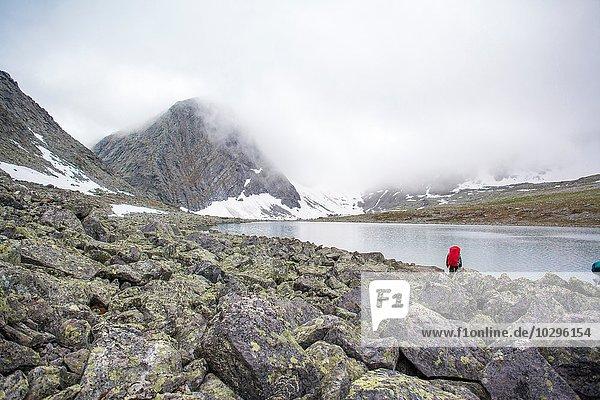 Rückansicht des männlichen Wanderers mit Blick auf den See  Uralgebirge  Russland