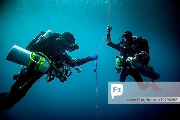 Unterwasseransicht von zwei technischen Tauchern mit Rebreather zur Ortung von Schiffswracks  Lombok  Indonesien