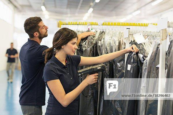 Lagerarbeiter bei der Vorbereitung der Bekleidungsbestellung im Distributionslager