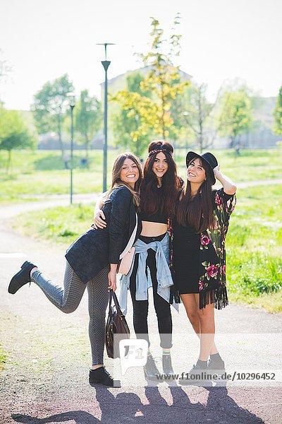 Porträt von drei stilvollen jungen Freundinnen im Park