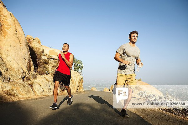 Zwei männliche Freunde auf dem Bergpfad