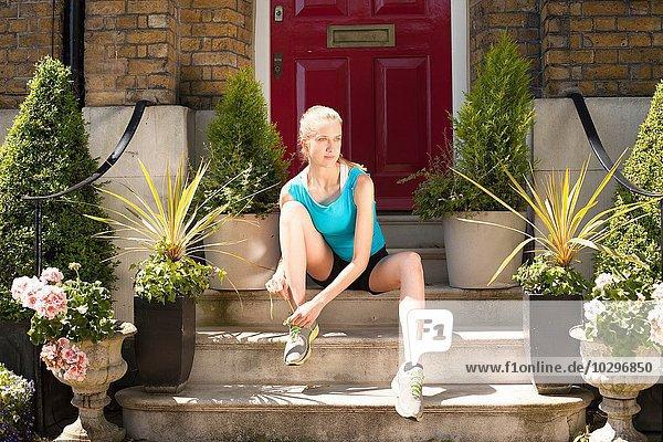 Läufer mit Schnürsenkeln an den Stufen