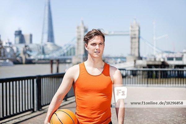 Läufer mit Ball am Flussufer  Wapping  London