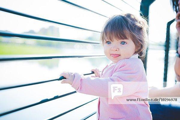 Süßes weibliches Kleinkind mit Ufergeländer Süßes weibliches Kleinkind mit Ufergeländer
