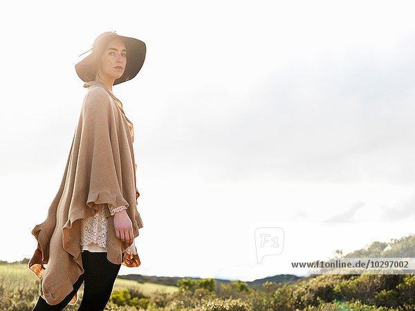 Portrait einer stilvollen jungen Frau mit Filzhut und Schal  Point Addis  Anglesea  Victoria  Australien