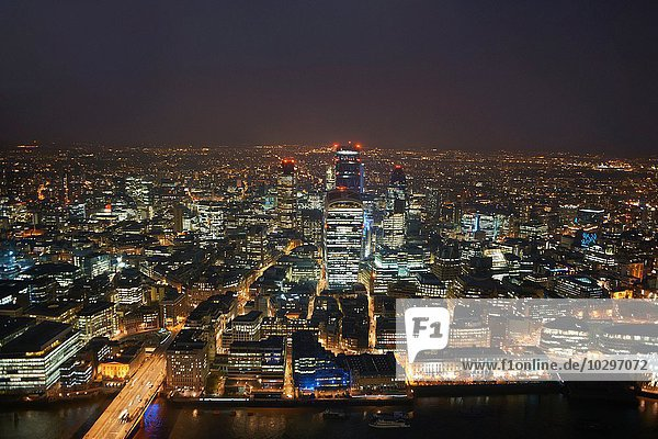 High Angle Stadtbild der Themse und Stadt Lichter in der Nacht  London  England  UK