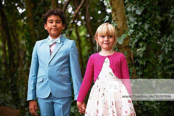 Porträt eines Jungen und eines Mädchens bei der Gartengeburtstagsfeier