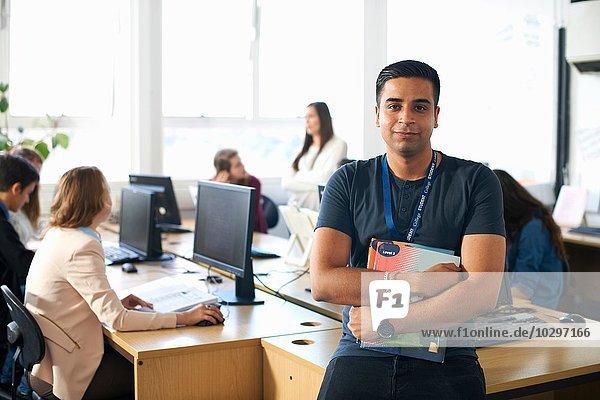 Porträt eines lächelnden  männlichen Schülers in der Klasse