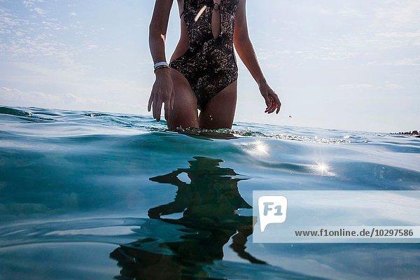 Frau im Meer stehend