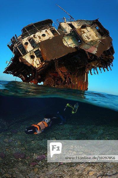 Ein Apnoetaucher  auch Freitaucher  schwimmt mit einem Unterwasserscooter an einem Wrack  Rotes Meer  Ägypten  Afrika