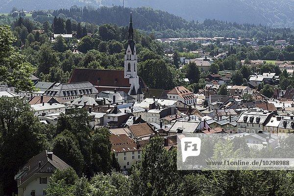 Ausblick vom Kalvarienberg auf die Altstadt von Bad Tölz mit Mariä Himmelfahrt Kirche  Oberbayern  Bayern  Deutschland  Europa