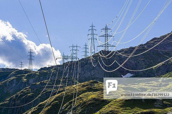 Hochspannungsmasten in den Bergen  nahe Nufenenpass  Bedretto  Tessin  Schweiz  Europa