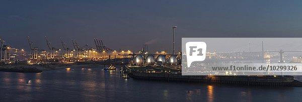 Containerhafen  Klärwerk und Köhlbrandbrücke  Hafen  Hamburg  Deutschland  Europa