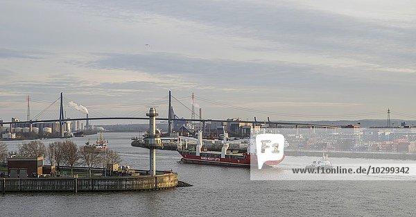 Containerschiff fahrt unter Köhlbrandbrücke  Containerhafen  Hamburg  Deutschland  Europa