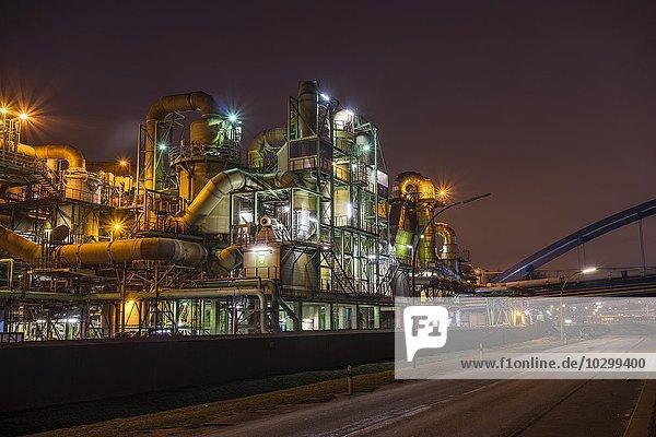 Industrieanlage  Kupferherstellung  Aurubis AG  beleuchtet bei Nacht  Hamburg  Deutschland  Europa