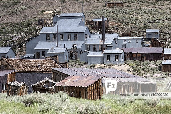 Old mining building behind old wooden houses  ghost town  old gold mining town  Bodie State Historic Park  Bodie  California  USA  North America