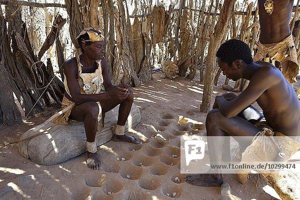 Gesellschaftsspiel der Damara  Damara Living Museum  Museumsdorf  Twyfelfontein  Namibia  Afrika