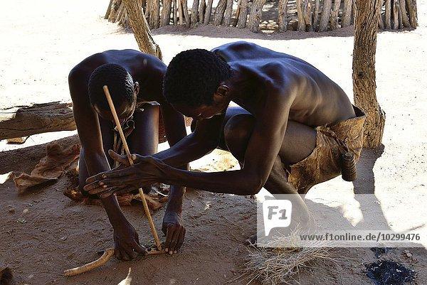 Einheimische machen Feuer  Damara Living Museum  Museumsdorf  Twyfelfontein  Namibia  Afrika