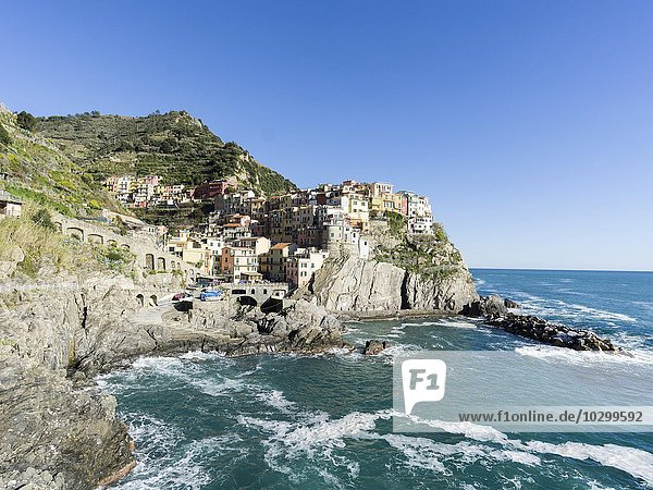 Felsenküste und Ausblick zum Ort Manarola  Cinque Terre  Manarola  Liguria  Italien  Europa