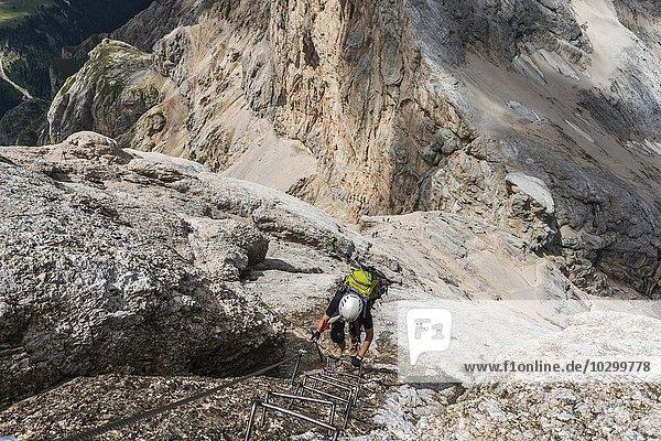 Bergsteigerin am Klettersteig Westgrat  Via ferrata di Marmolada  Hans Seyffert-Weg  Marmolata  Dolomiten  Alpen  Trentino-Alto Adige  Südtirol  Italien  Europa