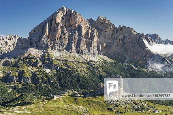 Aussicht vom Berg Nuvolau auf die Felsgruppe Fünf Türme  hinten Tofana di Rozes  Fanesgruppe  Dolomiten  Region Venetien  Veneto  Italien  Europa