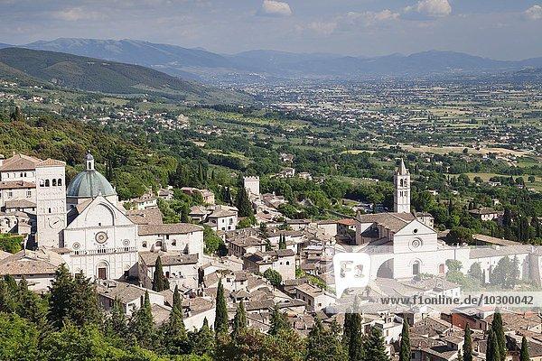 Ausblick über die Stadt mit Dom von San Rufino und der Kirche Santa Chiara  Assisi  Provinz Perugia  Umbrien  Italien  Europa