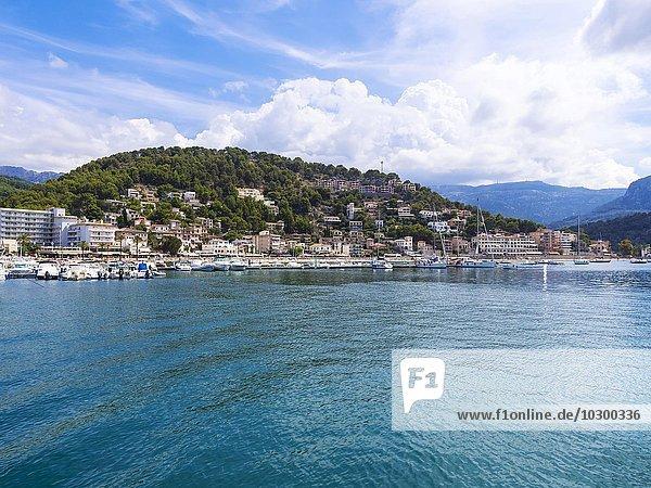 Ausblick auf den Hafen von Port de Soller  Sóller  Mallorca  Balearen  Spanien  Europa
