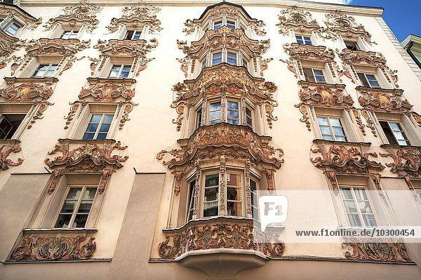 Fassade  Helblinghaus  mit barocken Stuckaturen  1725  Herzog-Friedrich-Strasse  Innsbruck  Tirol  Österreich  Europa