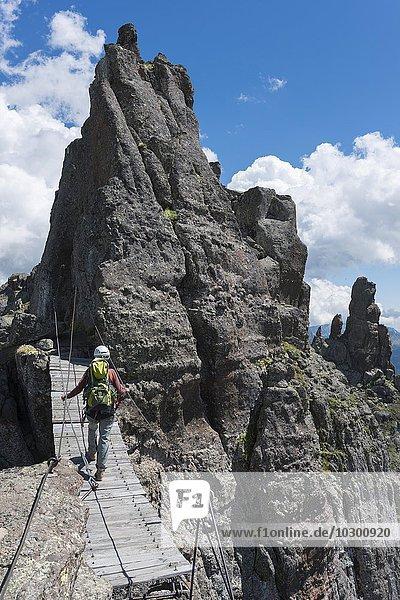 Frau überquert eine Hängebrücke  Klettersteig Via ferrata delle Trincee  auch Militärsteig  Dolomiten  Alpen  Trentino-Alto Adige  Südtirol  Italien  Europa