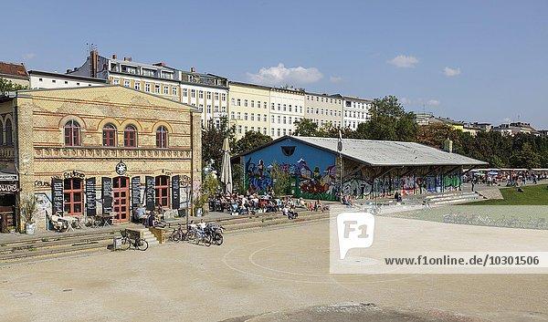 Görlitzer Park in Kreuzberg mit dem Café Das Edelweiss  Berlin  Deutschland  Europa