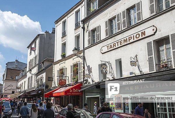 Restaurants und Menschen an einer Straße in Montmartre  Paris  Frankreich  Europa