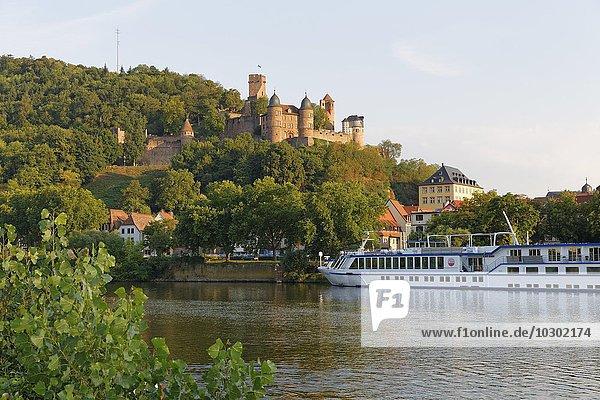 Blick von Kreuzwertheim in Unterfranken über Main auf Burg Wertheim  Baden-Württemberg  Deutschland  Europa