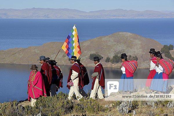 Indios beim Umzug in traditioneller Kleidung zur Wintersonnwende  Neujahrsfest T`aqa der Aymara Indios  Sonneninsel  Isla del Sol  Titikaka See  Bolivien  Südamerika