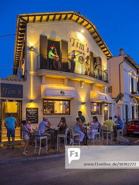 Lokal mit Musikern und Leuten in der Dämmerung  Port d'Andratx  Mallorca  Balearen  Spanien  Europa