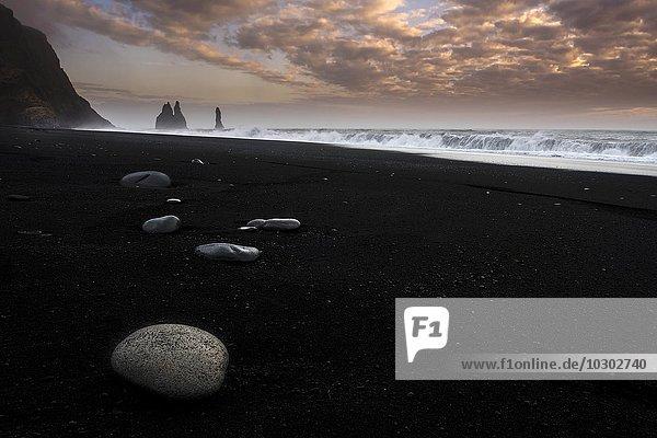 Strand  Reynisdrangar mit schwarzem Lavasand  schwarzer Sand  bei Vik  Südisland  Island  Europa