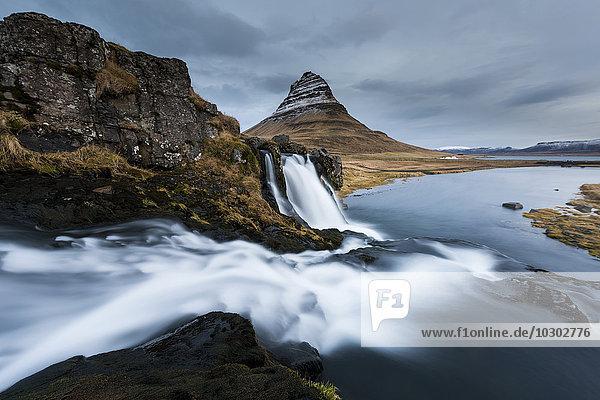 Kirkjufellberg mit Wasserfall  Grundafjördur  Westisland  Island  Europa