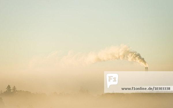 Naturlandschaft mit Industriequalm  der die Luft verschmutzt  Himmel  Stockholm  Schweden  Europa